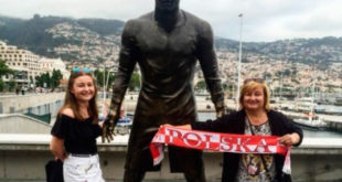 Fas-polnisch-Confident-in-Front-to-Statue-of-Ronaldo-on-Holz-Bild-Highlight