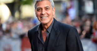 El video muestra a George Clooney que se proyecta en accidente de moto